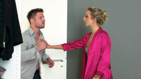 Assistentin bekommt überraschend Heiratsantrag von ihrem Chef