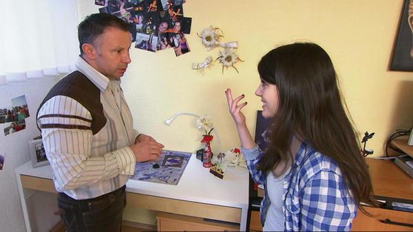 Alleinerziehender Möbelhausmitarbeiter setzt für Angebetete Job auf Spiel