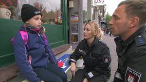 Die Cops müssen sich um ein kleines Mädchen kümmern.