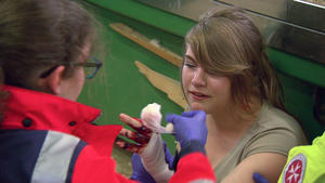 Praktikantin verliert Finger | Amokfahrt auf Schulhof
