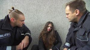 Die Cops greifen Evi auf, die vor der Wache schläft