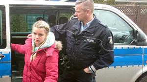 Die Polizei bringt eine junge Tramperin nach Hause.
