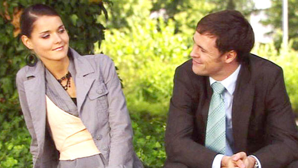 Jenny findet Gefallen an Axels Hochzeitsideen