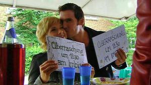 Die Freunde von Diana und Julian planen eine Party