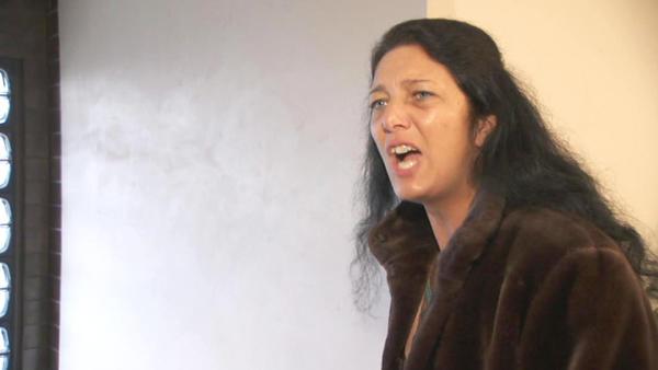 Aggressive Mutter verklagt Gott und die Welt