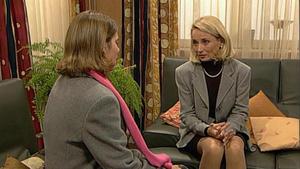 Claire besucht Regina. Ihr charmantes Auftreten stürzt Regina in ein Dilemma