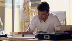 Oliver muss um seine Existenz als Arzt bangen.