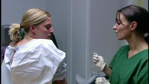Völlig überfordert bricht Lena die Abtreibung ab