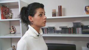 Schwangere junge Frau versteckt sich vor ihrem Mann