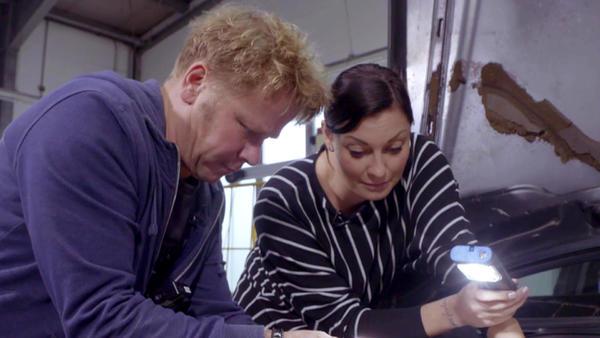 Die Autoexperten Lina und Peter im Außeneinsatz