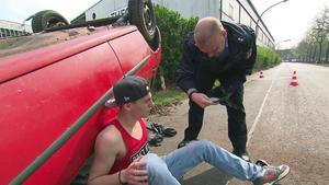 Brüder fahren geklautes Auto zu Schrott | Teenager schlagen 35-Jährigen zusammen