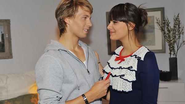Jasmin und Dominik kommen sich beim backen näher