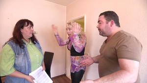Unattraktive Nachbarin sticht eingebildete Ehefrau aus