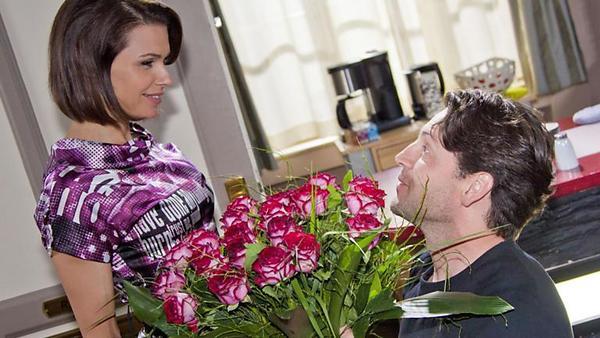 Rolf überrascht Britta mit einem Antrag